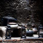 Töpfe in einer der kleinen Klosterküchen