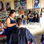 Jung beim Friseur