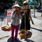 Obstverkäuferin nach Geschäft des Tages