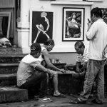 Männer beim traditionellen Brettspiel