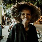 Alte Frau mit Zigarette