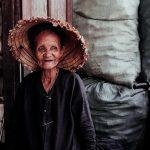 Alte Frau ohne Zigarette