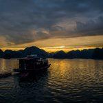 Die Nacht bricht herein über die Lan Ha-Bucht