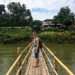 Jung auf der Bambusbrücke