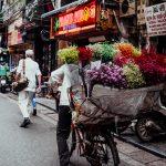 Auch Blumen in allen Farben kann man von den Damen auf dem Fahrrad kaufen