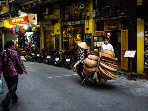 Eine der vielen Verkäuferinnen in Hanois Straßen
