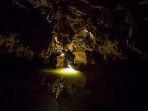 Eine kleine Höhle mit Flußlauf