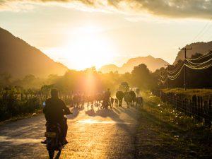 Was in Vang Vieng so alles auf den Straßen unterwegs ist zum Sonnenuntergang