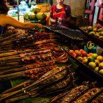 Futtern auf dem Nachtmarkt