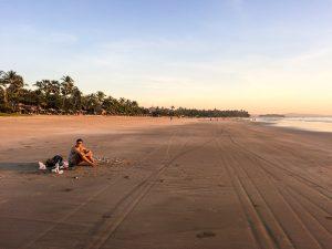 Jung am Strand