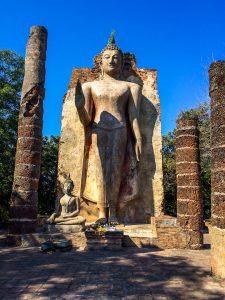 Buddha auf einem Hügel im Geschichtspark Sukhothai