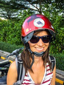 Erst nach 10km merkte sie das der Helm falsch herum sitzt...!