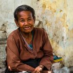 Alte Frau im Tempel