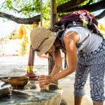 Sabrina stellt die traditionelle Paste Thanaka fürs Gesicht her