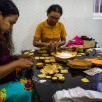 Frauen beim Verpacken von Blattgold