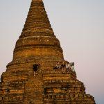 Versammlung auf der Stupa zum Sonnenuntergang