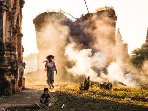Nein wir sind in keinem Kriegsgebiet... Die Frauen befreien die Pagoden von Unrat und Gestrüpp, was sie dann verbrennen