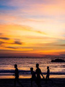 Kinder im Sonnenuntergang
