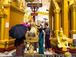 """Jannis kippt Wasser über """"seinen"""" Geburtstags-Buddha"""