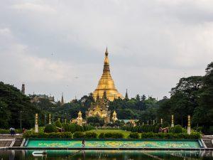 Shwedagon Pagode aus der Ferne