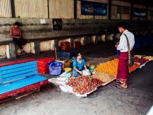 Obstverkäuferin am Bahnhof