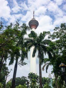 KL Tower zwischen Palmen