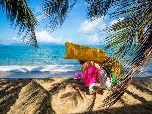 Ein Gummi-Schwimmtier-Monster am Mae Nam Strand auf Koh Samui