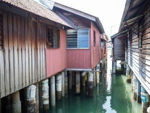 Die traditionellen, chinesischen Holzhäuser im Wasser