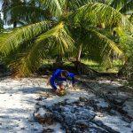 Der Jung versorgt uns mit Kokosnüssen