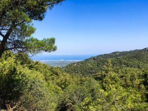 Blick von den Bergen an die Küste