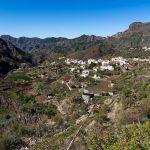 Kleines süßes Dorf in den Bergen